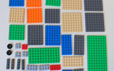 All plates of size 1 x 2 or larger included in LEGO Minecraft 21115 Crafting Box